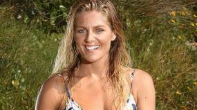Piękna surferka pozuje w bikini