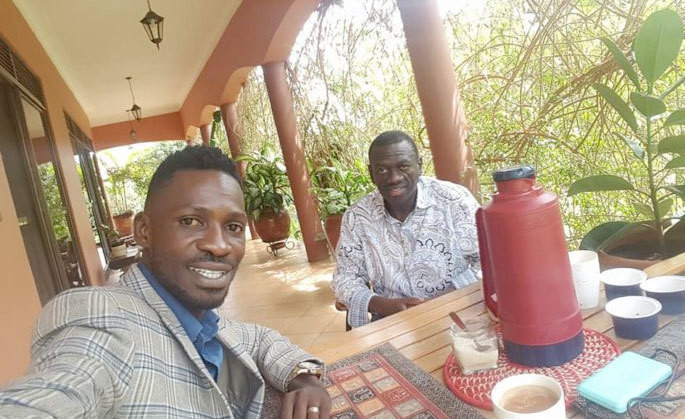 Bobi Wine at Kizza Besigye's home. (The Observer)