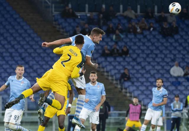 Sergej Milinković Savić pokušava da glavom da gol protiv Seltika u Rimu