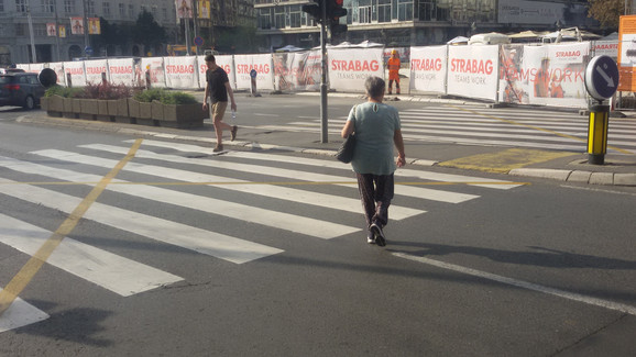 Ljudi prelaze preko pešačkog koji nije u funkciji