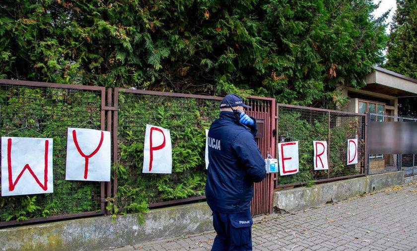 Internauci uzbierali 30 tysięcy złotych na pomoc zawieszonym policjantom po happeningu pod domem prezesa PiS