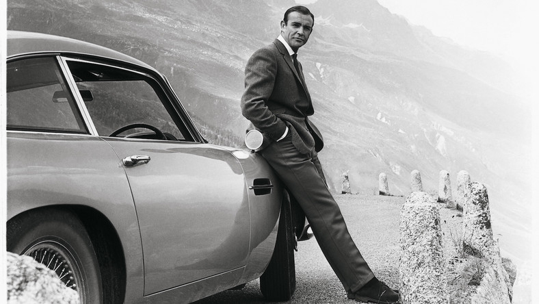 "Sean Connery i jego Aston Martin DB5 w filmie ""Goldfinger"""