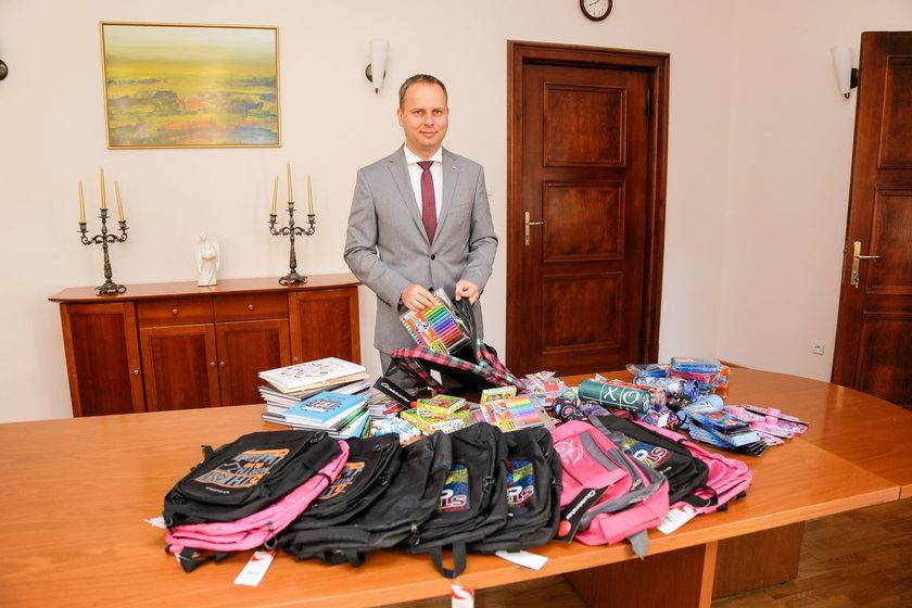 VIPy kupują dzieciom wyprawki. Akcja wrocławskiego Faktu i MOPS-u. Wojewoda dolnośląski Paweł Hreniak
