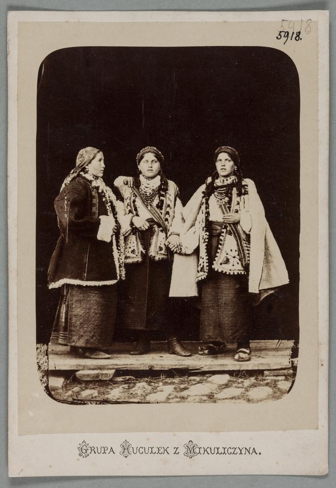 Juliusz Dutkiewicz, Trzy Hucułki z Mikuliczyna, Kołomyja, 1880–1890, odbitka fotograficzna albuminowa, papier, karton firmowy, fo.t MNK