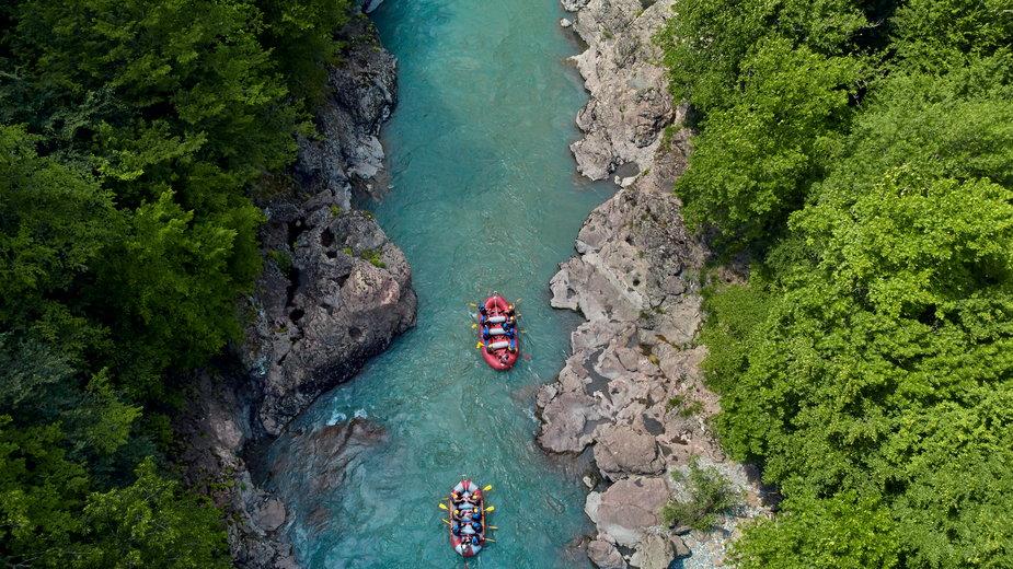 Ekstremalny rafting po Tarze czy spokojne pływanie kajakiem po Jeziorze Szkoderskim?