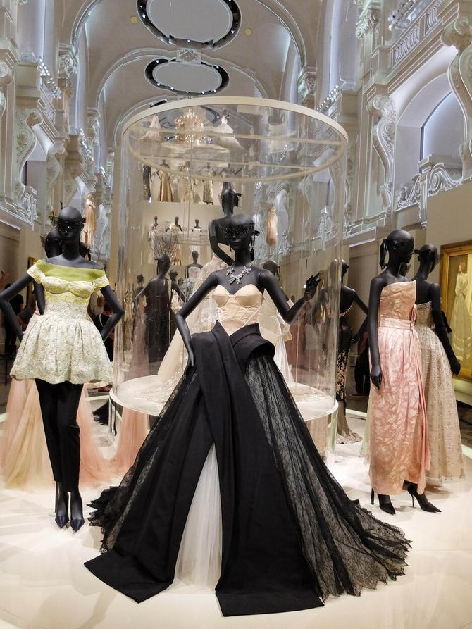 Preko 300 prelepih balskih haljina