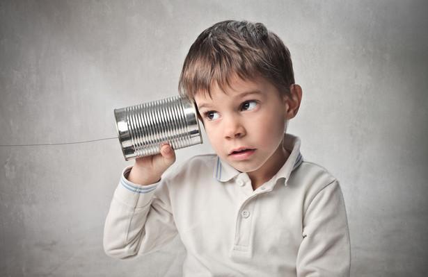 """1. """"Parę uszu i jedne usta dano, aby mniej mówiono, a więcej słuchano"""". Aby Twój partner poczuł się ważny, zamiast mówić o sobie, musisz go aktywnie słuchać. Nawiązuj kontakt wzrokowy, pytaj, podtrzymuj kontakt zarówno w werbalny jak i niewerbalny sposób. Nie udzielaj rad, gdyż to w większości przypadków prowadzi do skupienia uwagi na sobie, a nie na rozmówcy."""