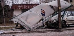Kierowca fiata wjechał w przystanek. Mogło dojść do tragedii