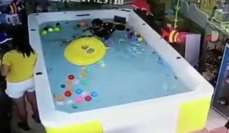 Devojčica se davi u bazenu