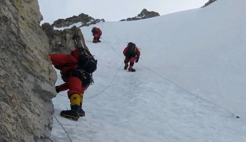 Alpiniści zdobywają szczyt