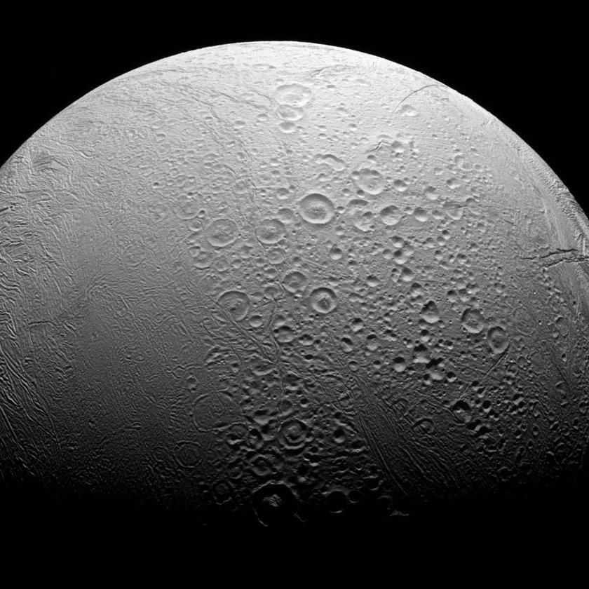 W oceanie pod lodową skorupą księżyca Saturna są warunki do podtrzymania życia