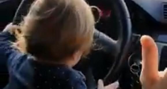 Dete vozi kola