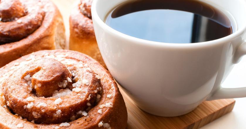 Nieodłącznym elementem fika oprócz kawy są słodkie wypieki, np. bułeczki cynamonowe