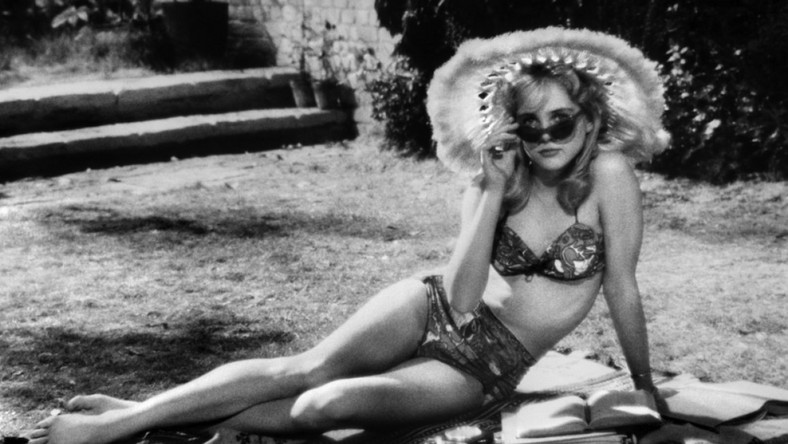 """Otwierająca kolekcję """"Lolita"""" miała być ekwiwalentem literackiej frazy Nabokova. To się nie udało, kino nie mogło zastąpić literatury, zwłaszcza jeżeli był to tekst na poziomie """"Lolity"""", ale też kino Kubricka zaczęło wtedy operować własnym językiem. """"Lolita"""" na początku lat sześćdziesiątych pokazała, że kino to także mała dziewczynka z diastemą, w szerokim kapeluszu, z grzesznie wydętymi wargami. Film jest perwersją"""