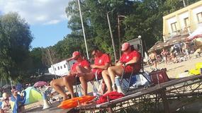 """Ratownicy na plaży w Skorzęcinie zapatrzeni w telefony. """"Rodzice czują się bezpieczni"""""""