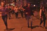 simbol londonskog prkosa muškarac pivo teroristički napad panika ljudi trčanje prtscn
