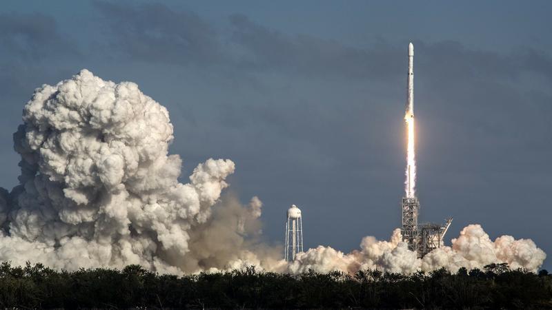 epa06501146 - USA FALCON HEAVY ROCKET LAUNCH (SpaceX Falcon Heavy rocket launch)