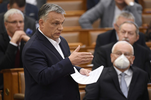 Rząd Viktora Orbana będzie sprawować władzę poprzez dekrety, a ich czas obowiązywania nie jest ograniczony czasowo. De facto oznacza to zawieszenie parlamentu i kompletną marginalizację opozycji