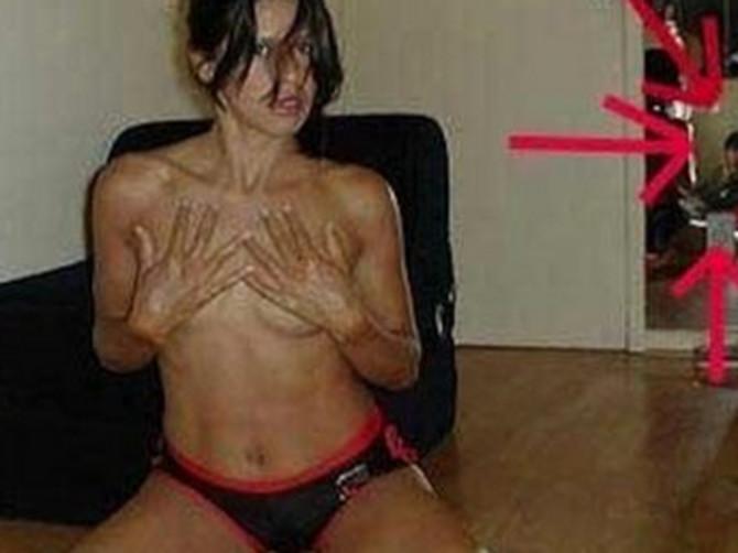 Htela je da glumi seksi mamu, ali je uspela samo da ZGROZI LJUDE: Vidite li ŠTA SE DEŠAVA IZA NJE?