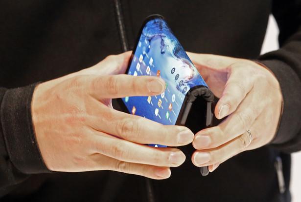 Pierwszy na świecie smartfon z elastycznym, zginanym ekranem FlexPai firmy Royole
