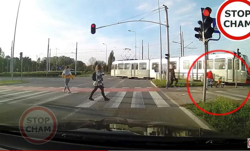 Gdańsk. Chłopiec na rowerku prawie wjechał pod tramwaj.