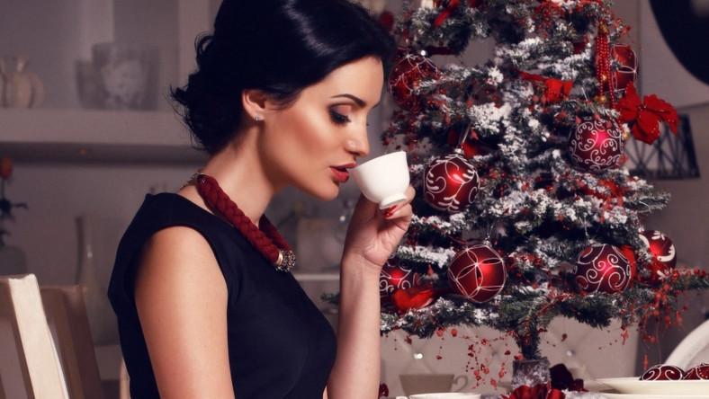 - Spotkania o charakterze świątecznym to wyjątkowy czas. Intensywność makijażu, jaki wybieramy na te okazję, zależy oczywiście od tego, czy spotkanie ma charakter wieczorowy, czy też wybieramy się na świąteczny obiad w ciągu dnia. Ja polecam wersję umiarkowanie intensywną, która jest elegancka, a jednocześnie koresponduje dobrze ze świątecznym nastrojem. Moja propozycja to uniwersalny, świetlisty look – łatwy w wykonaniu makijaż, który pasuje zarówno młodszym, jak i dojrzalszym kobietom. Jego kluczowe elementy to podkreślone, delikatnie wycieniowane oko w stylu smoky oraz pięknie rozświetlona cera – mówi Anna Galińska, Mistrzyni Makijażu Sephora i główna blogerka videobloga Sephora blogmakijaz.pl.