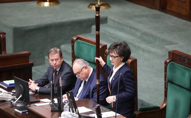 Cofnięcie delegacji do Warszawy sędziemu Pawłowi Juszczyszynowi i niewydanie mu list poparcia do KRS zaskoczyło mnie; myślę że Kancelaria Sejmu będzie prowadziła jakąś korespondencję, by tę sprawę sprawdzić - powiedziała w środę marszałek Sejmu Elżbieta Witek.