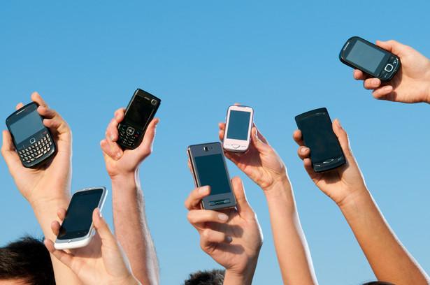 Od kilku lat fabryki opuszcza znacznie ponad miliard smartfonów rocznie i liczba ta stale rośnie głownie dlatego, że urządzenia projektuje się w taki sposób, by były nietrwałe i nie dało się ich naprawiać, a reklama podsyca w ludziach fikcyjne potrzeby