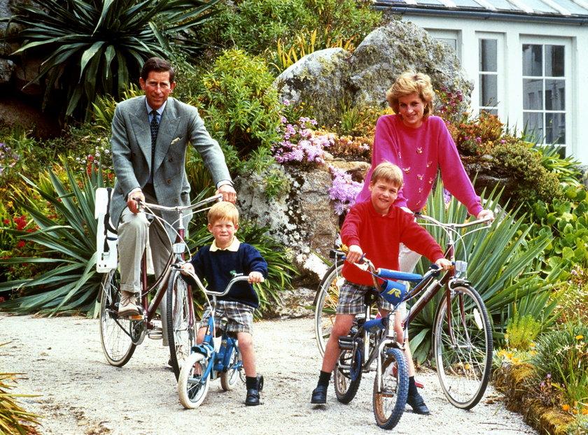 KsiążęKarol, księżna Diana z synami Harrym i Williamem