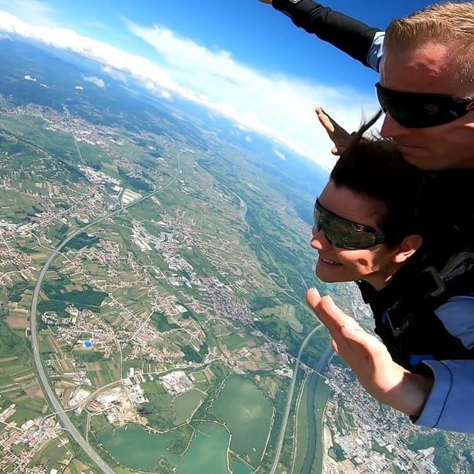 Antonija Blaće u skoku padobranom