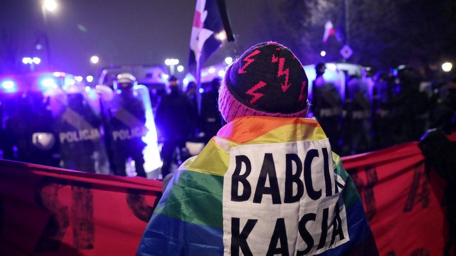 """Aktywistka """"Babcia Kasia"""" oskarżona o znieważenie policjantów"""