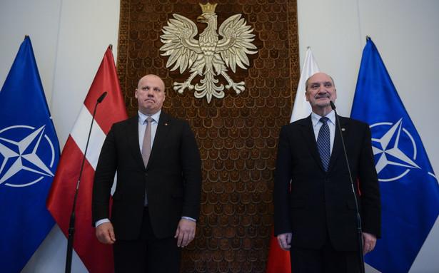 Minister obrony narodowej Antoni Macierewicz oraz minister obrony Republiki Łotewskiej Raimonds Bergmanis