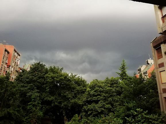Crni oblaci nakon kratkotrajnog pljuska na Banjici