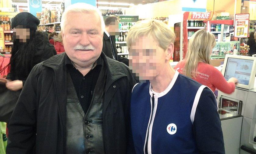 Lech Wałęsa robi sobie zdjęcia w sklepach