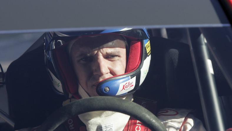Estoński kierowca Urmo Aava na starcie kolejnego odcinka specjalnego