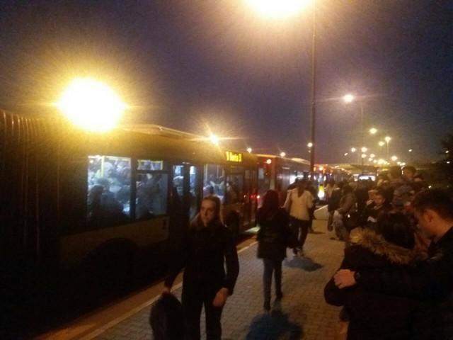 Beograđani na autobuskom stajalištu čekaju svoj autobus i po pola sata