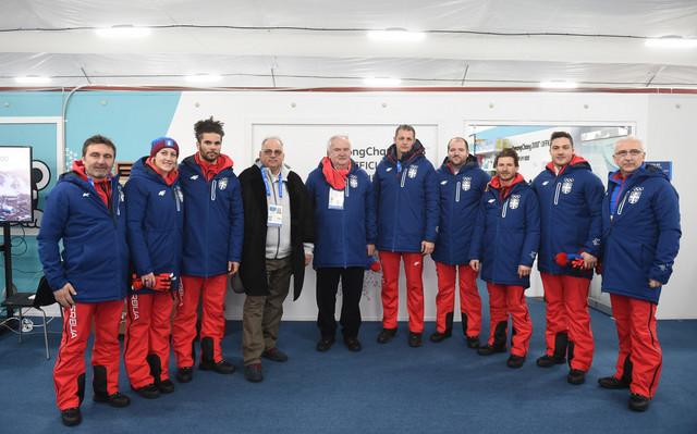 Višacki, pet s desne strane, sa prvim čovekom OKS-a Božidarom Maljkovićem, članom IO MOK-a Nenadom Lalovićem i našim olimpijcima u Pjongčangu