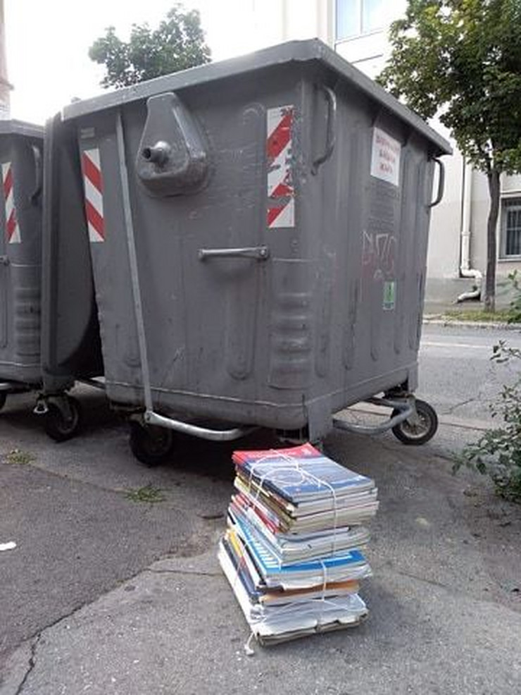 Udžbenici pored kontejnera na Dorćolu