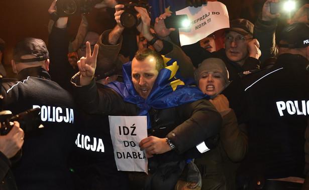 W niedzielę kilkadziesiąt osób próbowało zablokować wjazd polityków PiS, m.in. prezesa Jarosława Kaczyńskiego i premier Beaty Szydło, na Wzgórze Wawelskie