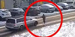 Wstrząsające nagranie z Poznania. Dziecko potrącone przez samochód upadło kilkanaście metrów dalej. Kierowca odjechał