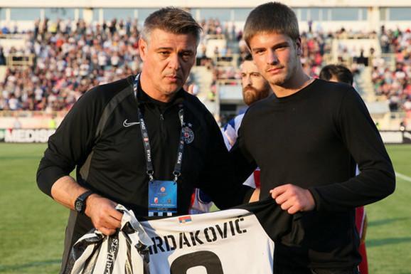 UROŠ U DRUŠTVU MAJKE POTPISAO VELIKI UGOVOR Kakva scena u Beogradu, superligaš doveo sina Miljana Mrdakovića!