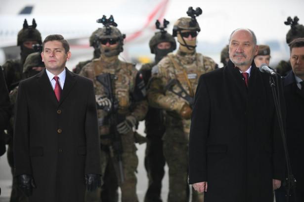Minister obrony narodowej Antoni Macierewicz i wiceminister obrony narodowej Bartosz Kownacki podczas konferencji prasowej, podsumowującej dwa lata pracy resortu.
