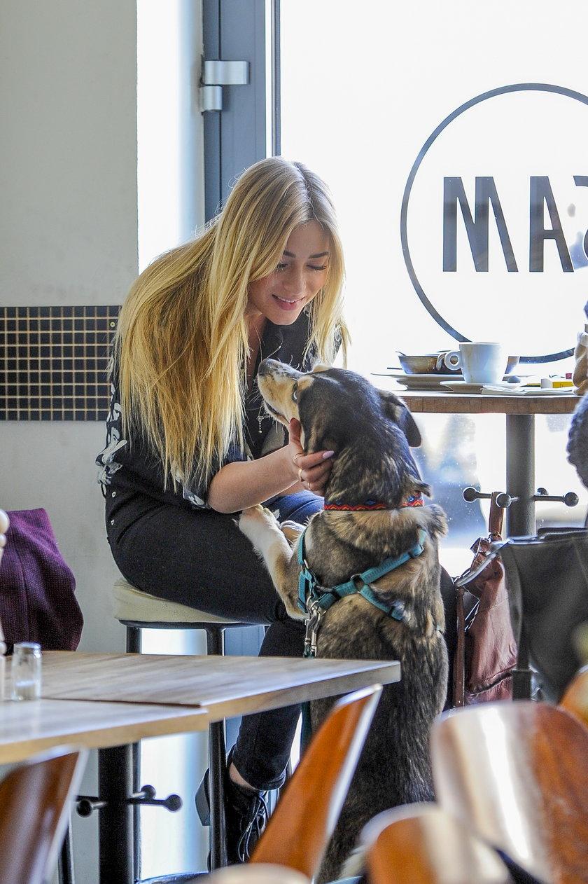 Marcelina Zawadzka z psem w kawiarni