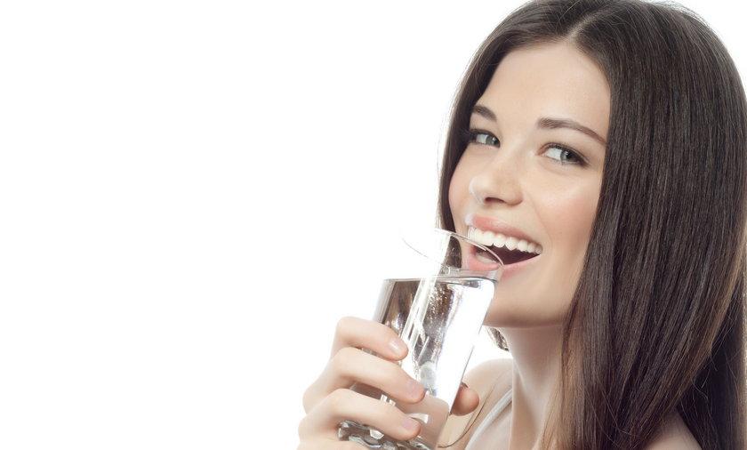 Kobieta pije wodę