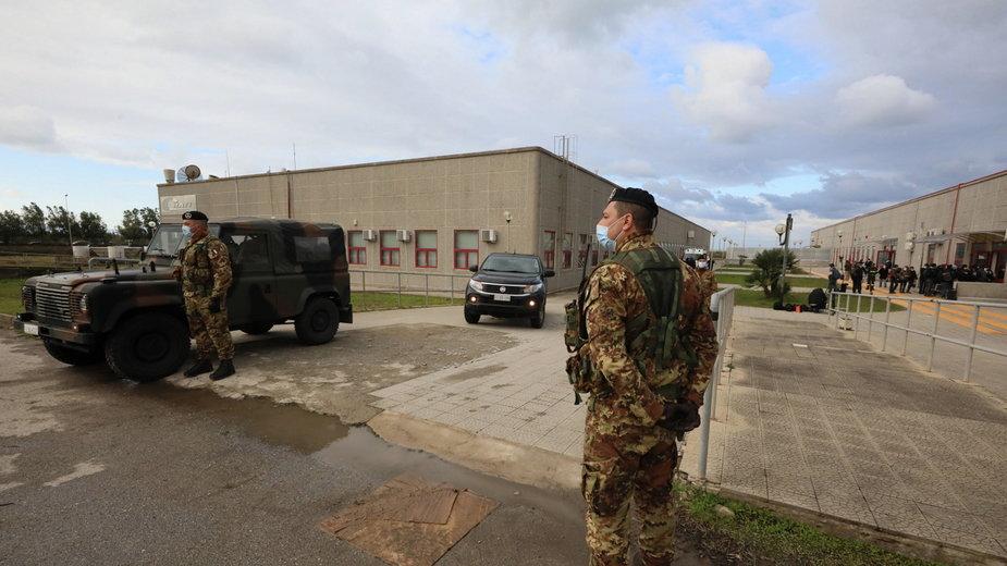 Wojsko pilnujące miejsca, gdzie odbywa się proces