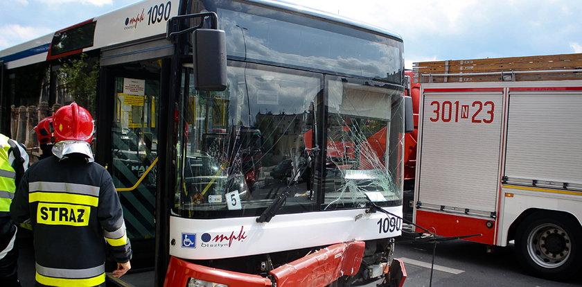 Radiowóz wbił się w autobus miejski. Są ranni!