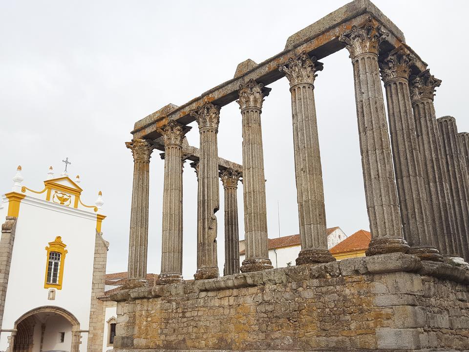 Całe miasto jest jednym wielkim zabytkiem z rzymskimi świątyniami, katedrą, kościołami i murami obronnymi