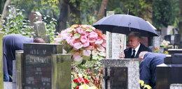 Jarosław Kaczyński u mamy na cmentarzu. Kupił jej wieniec za 80 zł