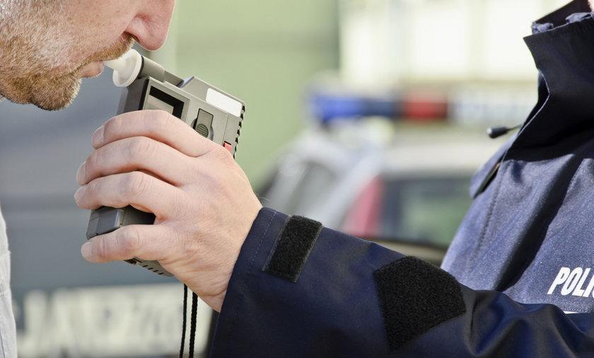 Policjant bada trzeźwość kierowcy