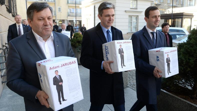 Sztab wyborczy Adama Jarubasa zebrał 450 tysięcy podpisów poparcia